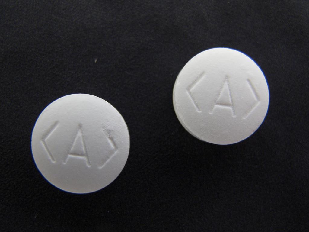 Zwei Aspirion-Tabletten, auf denen das Link-Element von HTML eingestanzt ist