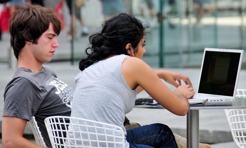 Junge Menschen, die gemeinsam an einem Notebook arbeiten