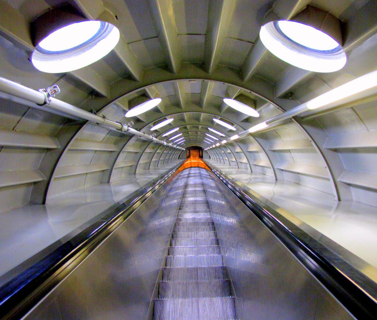 Leicht verschwommen fotografierte Rolltreppe innerhalb des Atomiums in Brüssel