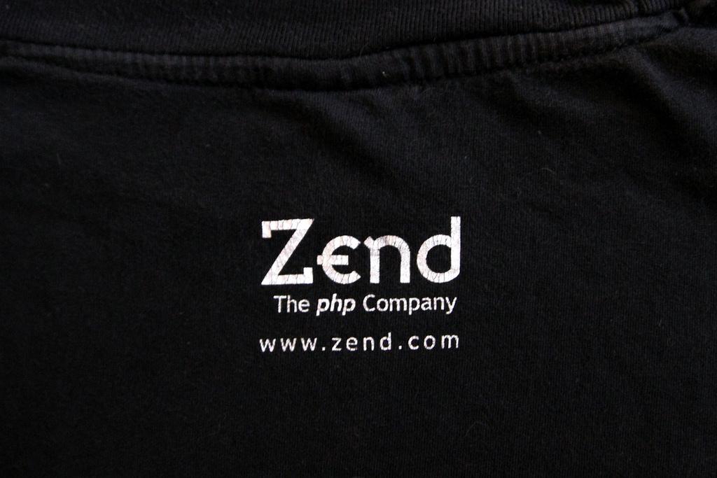 Logo der Firma Zend im Nackenbereich eines schwarzen T-Shirts