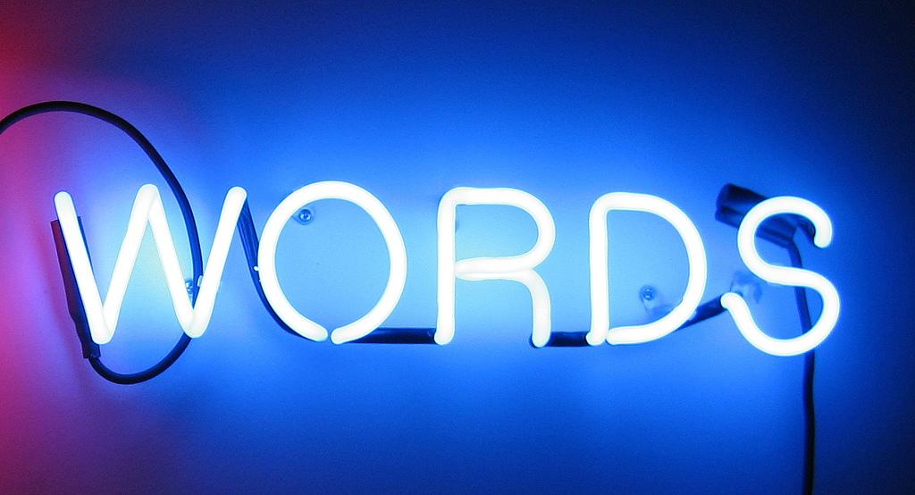 """Leuchtstoffröhren in der Form des englischen Wortes """"Words"""""""