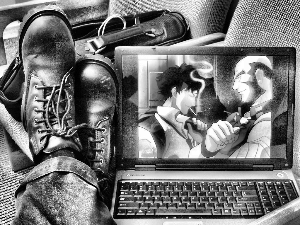 """Schwarzeiß-Foto einer Szene aus dem Anime """"Cowboy Bebop"""" auf einem Laptop"""