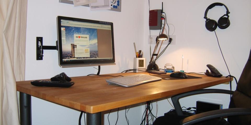 Bild meines (aufgeräumten) Schreibtisches und eines Teils meiner Hardware.