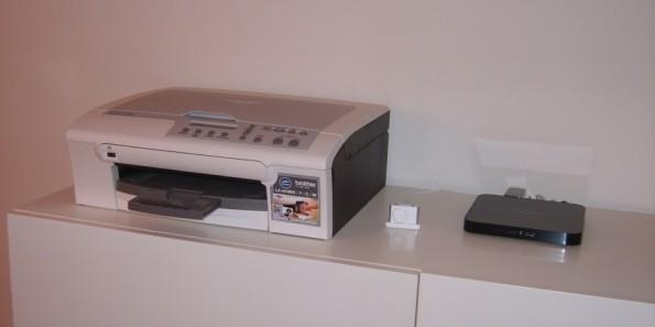 Meine Kommode, auf der mein Drucker und mein USB-Hub stehen