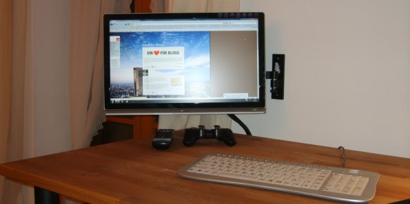 Foto meines Schreibtisches mit ausgeklapptem Monitor, so dass es leicht fällt damit Games zu zocken.
