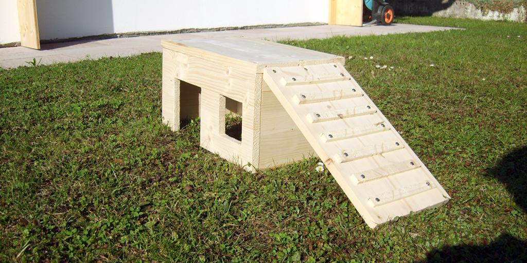 Eine kleine selbst-geschreinerte Hütte für meine Meerschweinchen, wenn sie im Garten sind.
