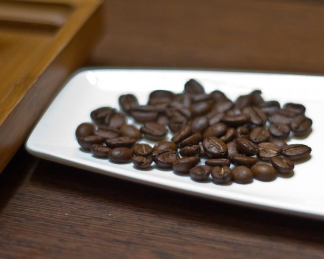 Eine Schale mit Kaffebohnen auf einem Tisch.