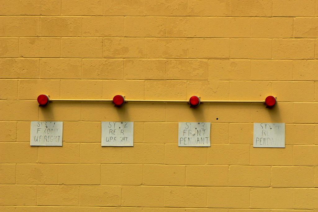 Lichter auf einer Wand über eine Station zum Be- und Entladen eines LKW.