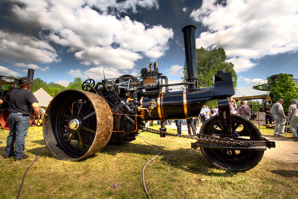 Eine alte, noch betriebsbereite Dampfmaschine auf einem Treffen für Liebhaber dieser Maschinen
