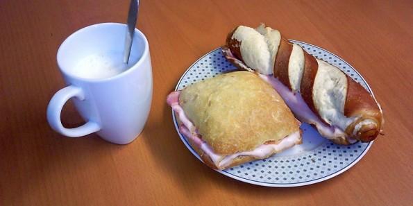 Mein übliches Frühstück: Kaffee, eine Semmel und eine Laugenstange.