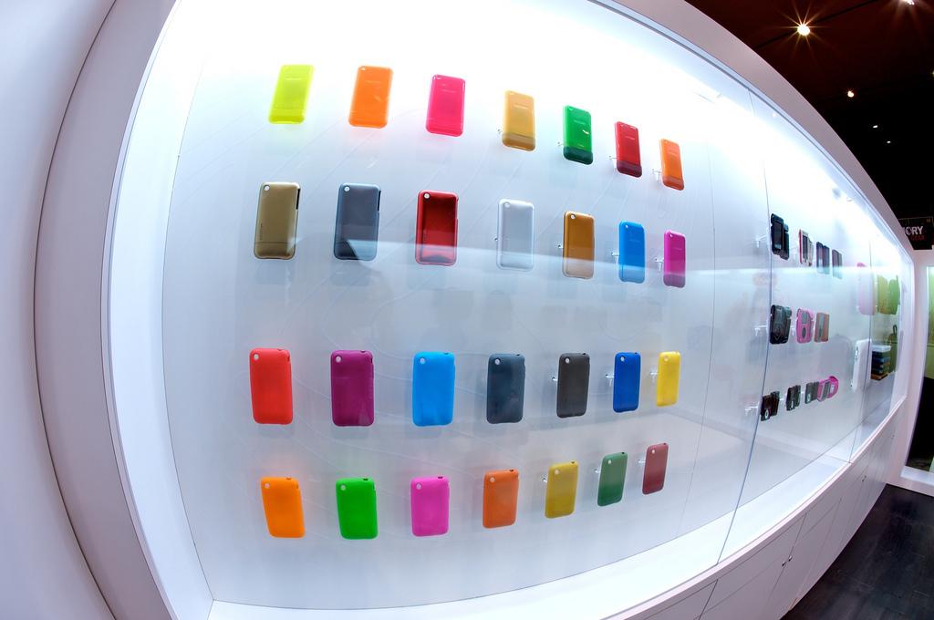 Ein Schaukasten in einem Elektronikladen, der viele bunte Handy-Cover zeigt.