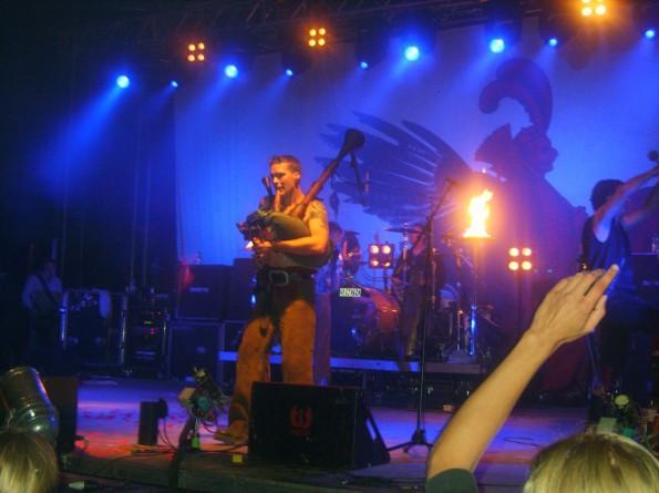 Ein Mitglied der Band In Extremo beim Spielen der Sackpfeife auf dem Steiner Burgfestival 2009.