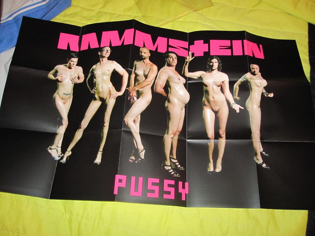 Foto der Beilage des neuen Rammstein-Songs Pussy, welches die Bandmitglieder nackt und in, teilweise schwangeren, Frauenkörpern zeigt.