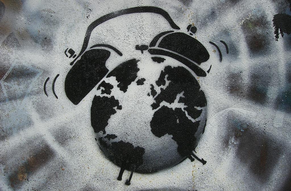 Eine Zeichnung eines stilisierten Weckers auf grauem Grund.