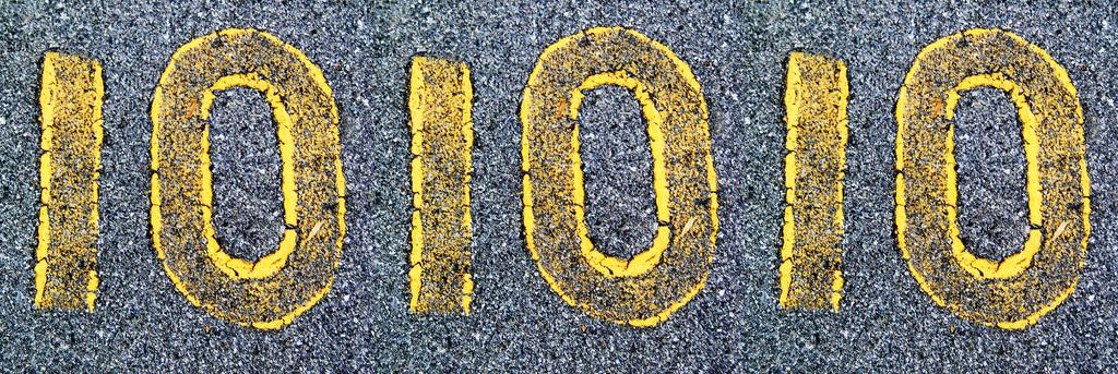 Die Zahlen 10-10-10 auf einer Straße.