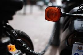 Ein Blinker oder Fahrtrichtungsanzeiger eines Autos