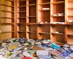 Aus den Regalen gefallene Bücher liegen gestapelt auf dem Boden