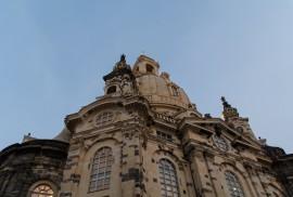 Die Frauenkirche in Dresden von unten gegen den Himmel fotografiert.