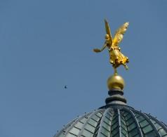 Der goldene Engel auf der Glaskuppel der Kunstakademie Dresden