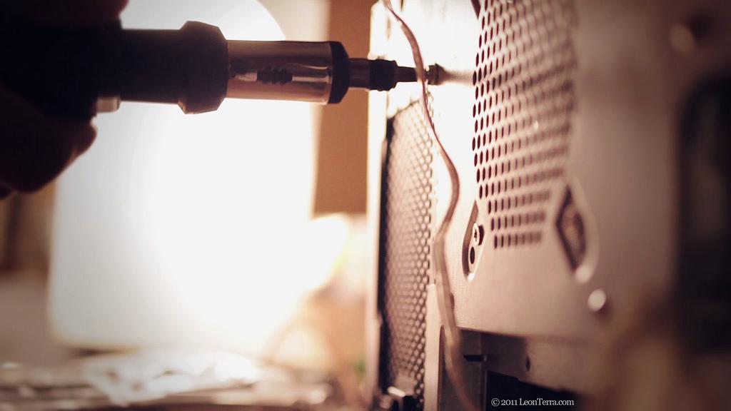 Ein Schraubenzieher wird dazu verwendet eine Schraube eines PC-Gehäuses einzudrehen