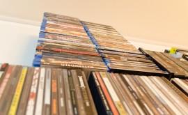 Etwas über 100 sich stapelnde Blu-Rays auf meinem Wand-Regal.