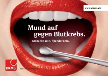 Image-Kampagne der DKMS, die einen geöffneten Mund mit einem Wattestäbchen zeigt, mit dem die Typisierung vorgenommen werden kann.