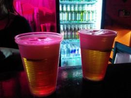 Foto von zwei Bier in Pappbechern.