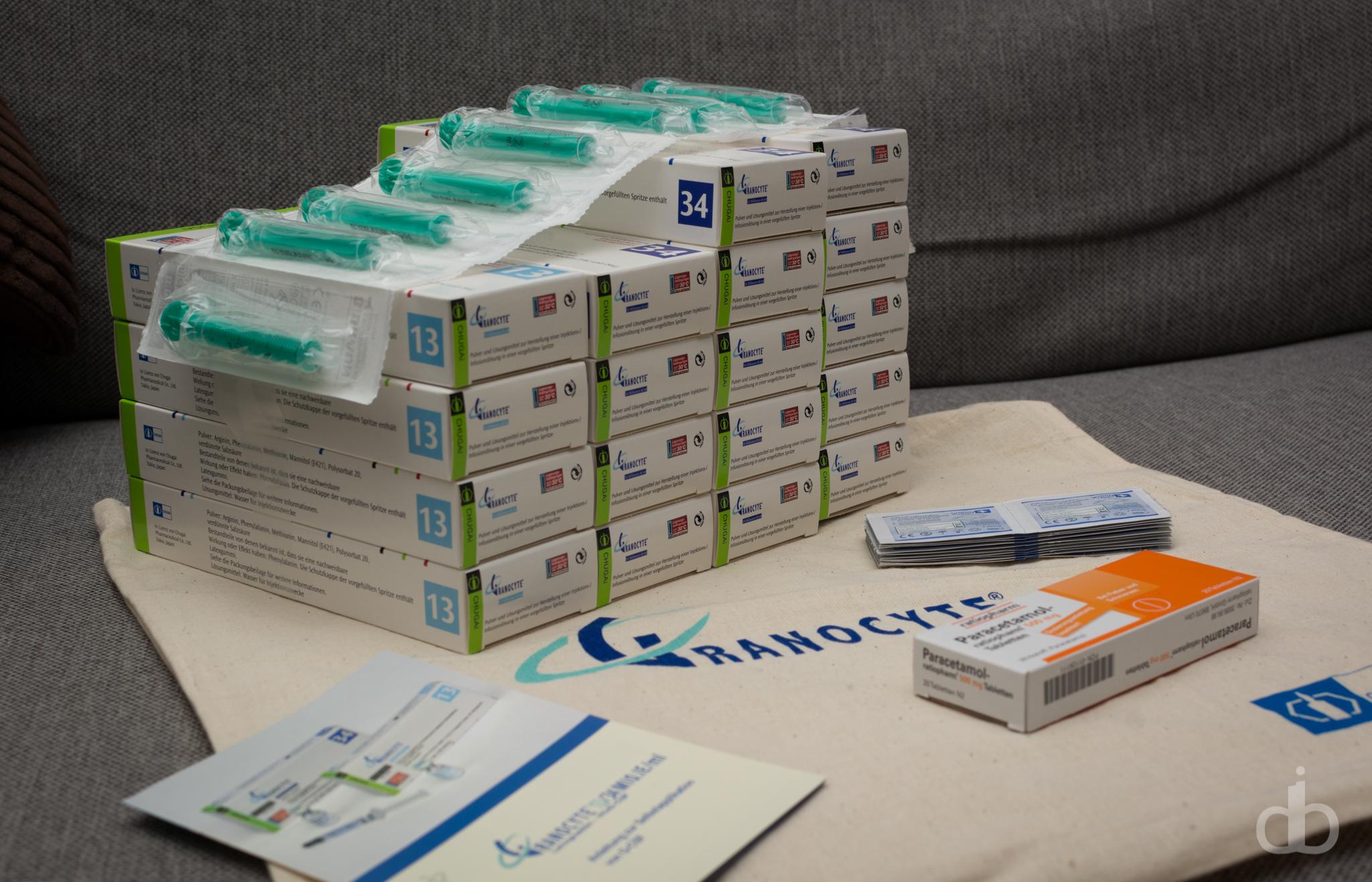 Medikamentensammlung von Granocyte, Alkoholtupfern, Paracetamol und einer Broschüre zur Verabreichung von Granocyte